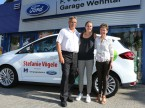 Die Aargauer Tennisspielerin Stefanie Vögeli (Mitte) mit Christian und Regula Müller vor ihrem neuen Ford C-Max.
